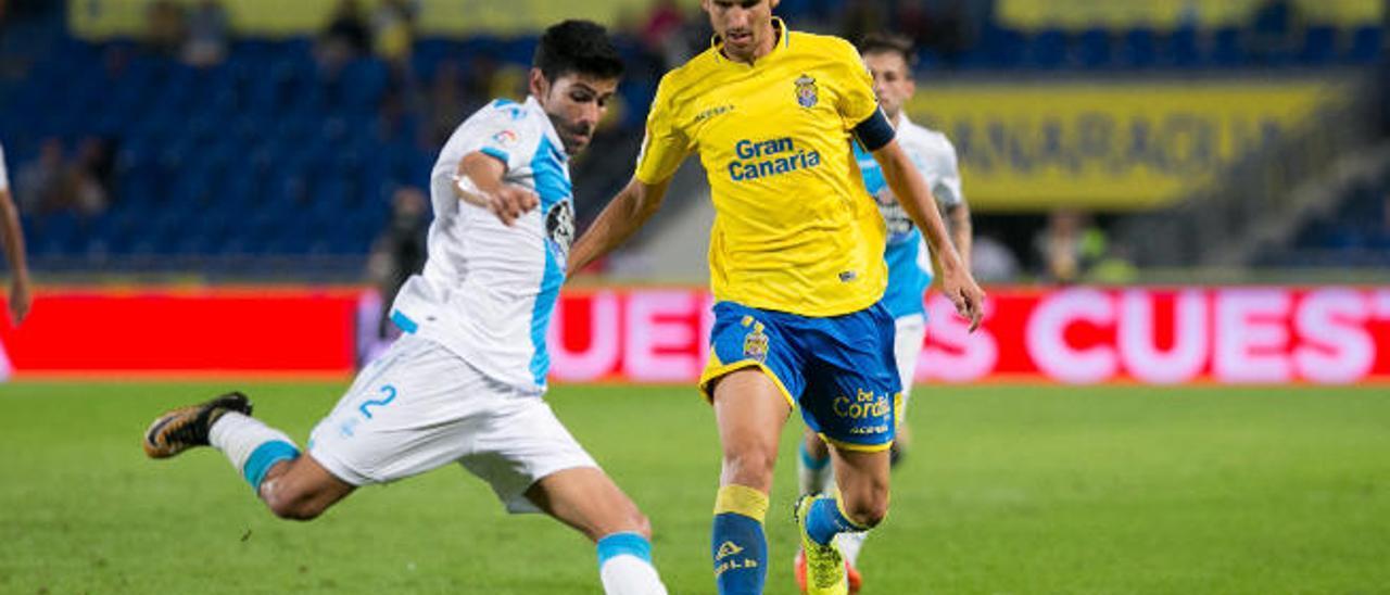 Vicente Gómez presiona a Juanfran en el último partido ante el Dépor.