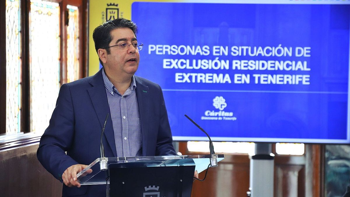 Pedro Martín, presidente del Cabildo, durante la presentación del informe de Cáritas que diagnostica la situación de las personas en exclusión residencial. | | E.D.