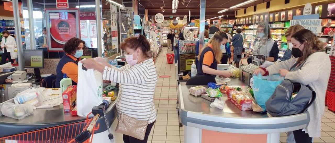 Clientes de un supermercado en la ciudad de Vigo.