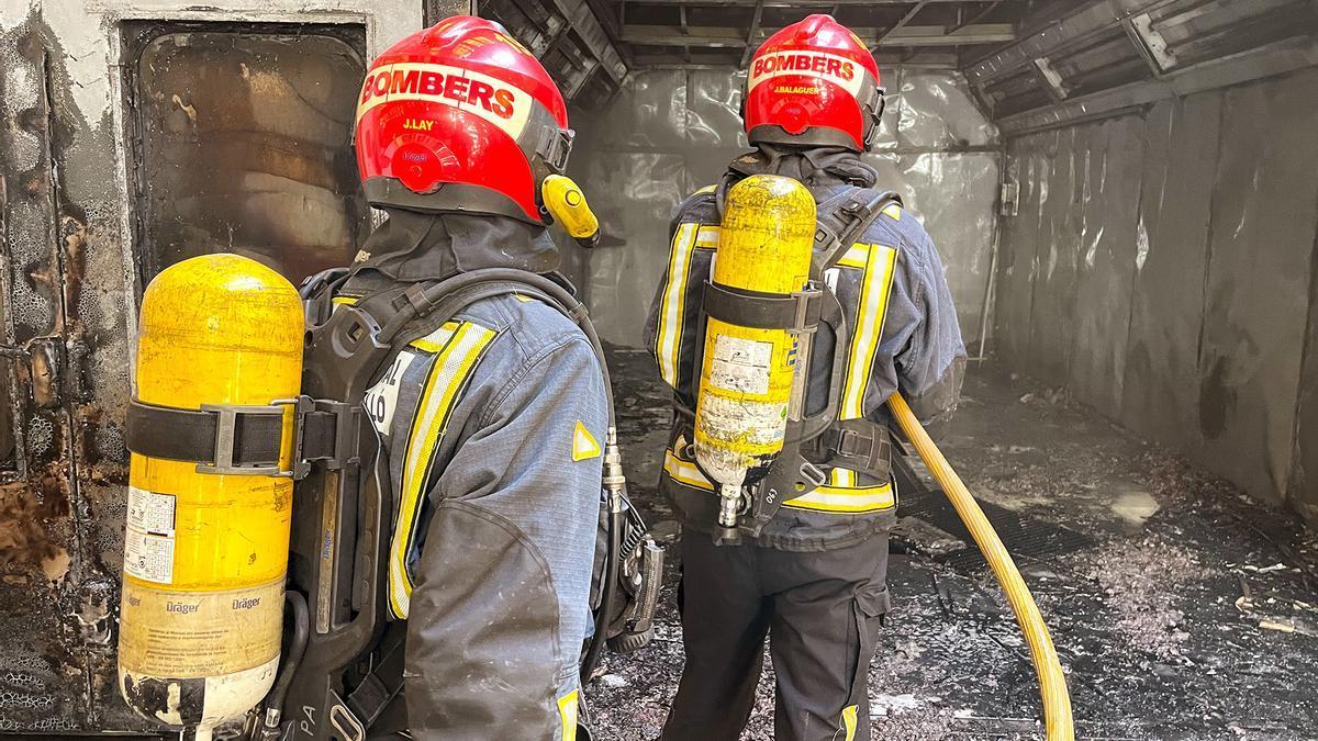 Imagen de dos bomberos durante una extinción en imagen de archivo.