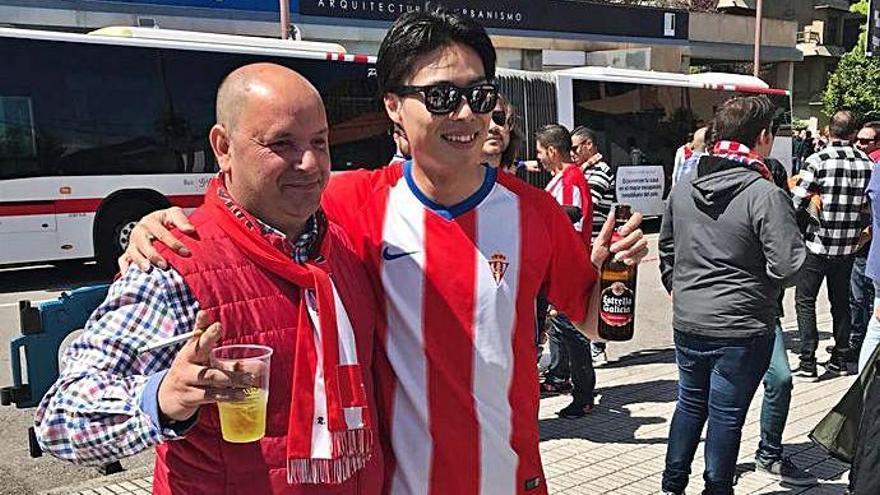 Un aficionado sportinguista se fotografía con Yamamoto antes de un partido en El Molinón
