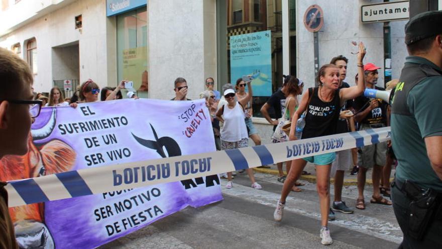"""Tensión en la primera manifestación contra los """"bous al carrer"""" en Pedreguer"""