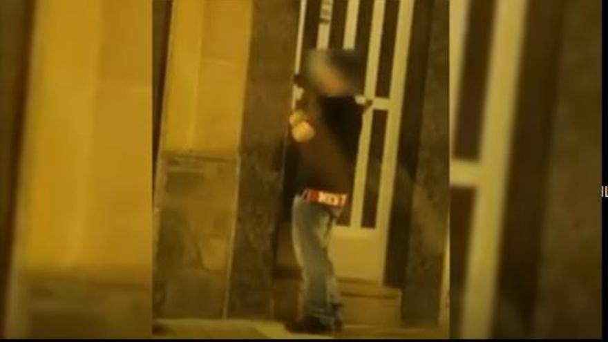 Un vecino de Elche graba a un ladrón forzando una cerradura con un taladro