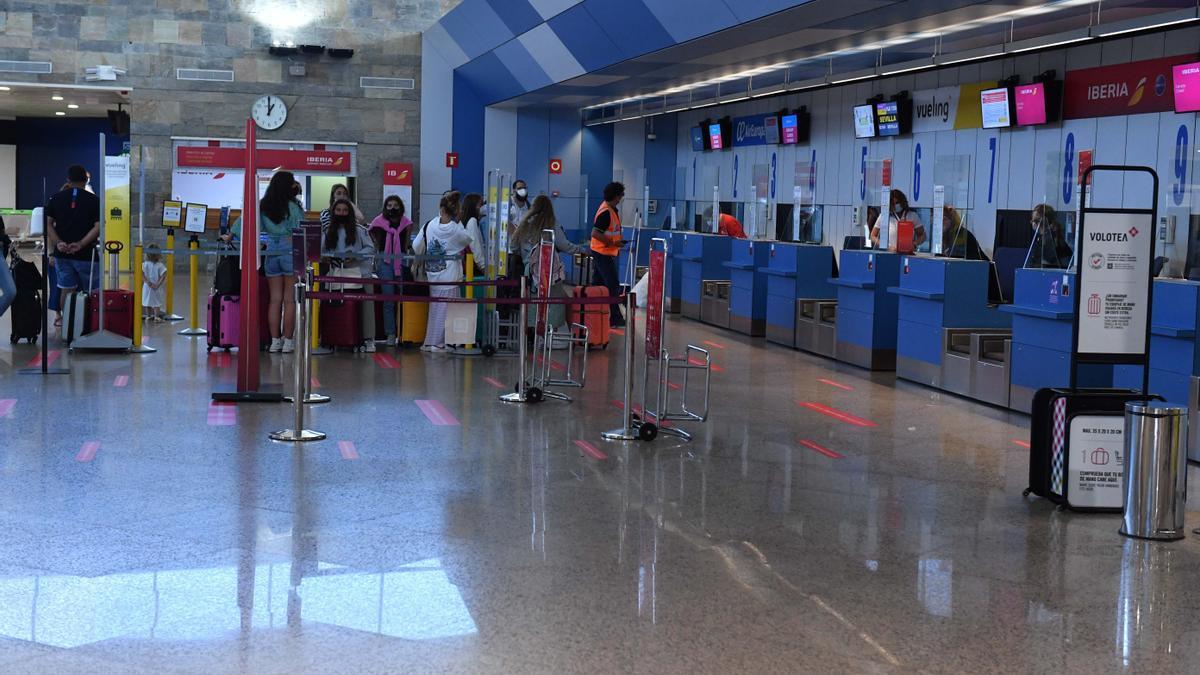 Pasajeros en la terminal de Alvedro.