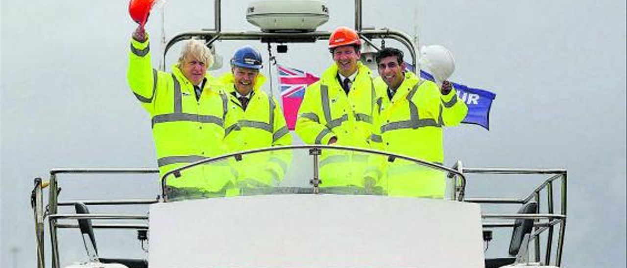 Boris Johnson, a la izquierda, durante su visita al puerto de Middlesbrough, ayer.