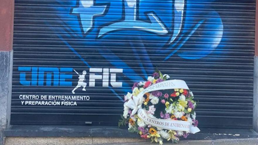 Coronas de flores 'adornan' el cierre de los centros deportivos de Tenerife