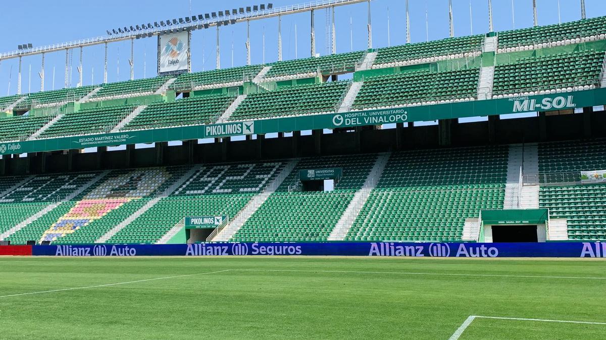 Arriba, las vallas publicitarias con luces led; abajo, los nuevos focos ubicados en lo más alto del estadio.