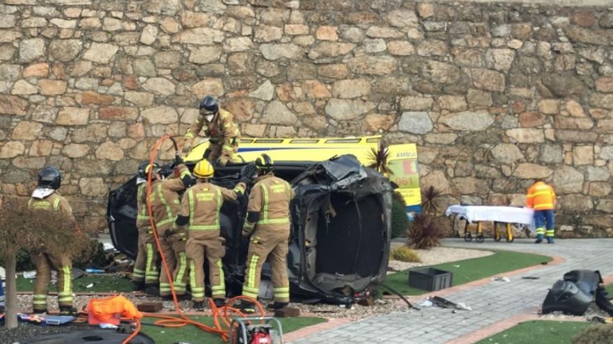 Una conductora cae por un desnivel de 20 metros al jardín de una casa en Ourense
