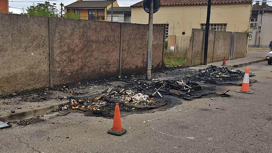 La falta d'estoc de contenidors impedeix que Sarrià pugui reposar els que es van cremar