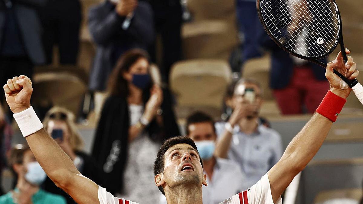 Djokovic mira al cielo de París tras su pase a la gran final de Roland Garros.
