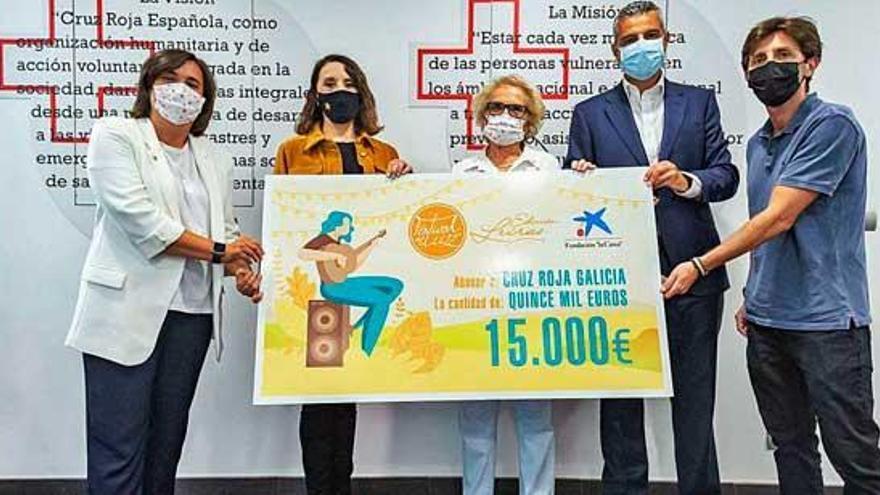 Donación solidaria del Festival de la Luz y La Caixa a Cruz Roja Galicia