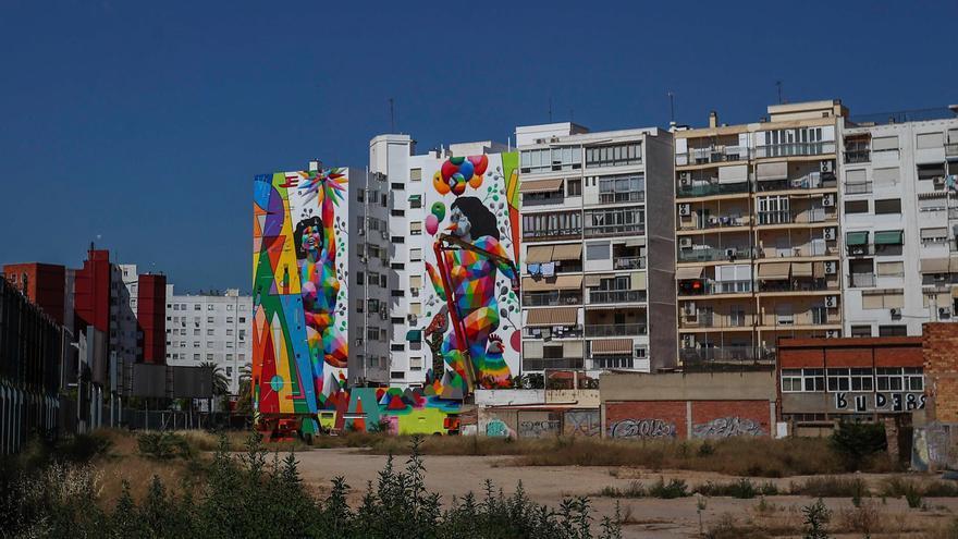 Okuda pinta su primer mural en València