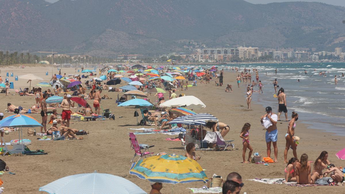 Las playas de Castelló presentaban ayer un aspecto propio de cualquier verano, con la arena llena de bañistas.