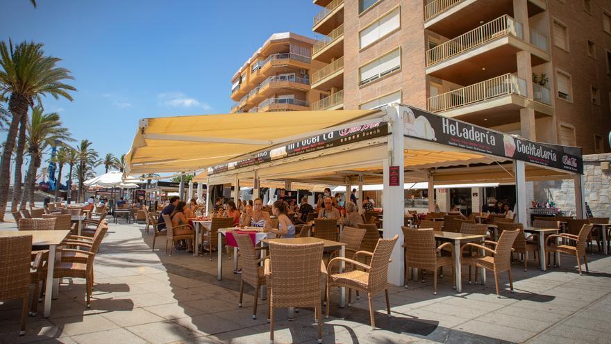 Torrevieja perderá un millón de euros de ingresos al permitir ocupar gratis la vía pública con terrazas