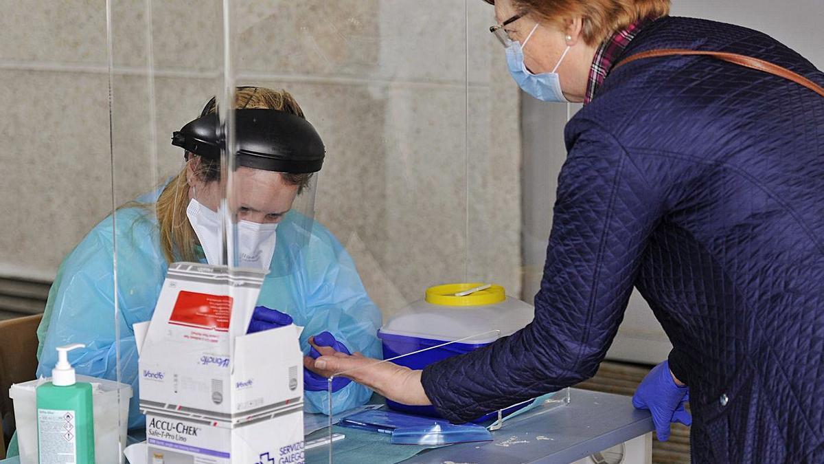 Prueba del estudio de seroprevalencia en A Estrada, en la primera ola de la pandemia. |  // BERNABÉ / J. LALÍN