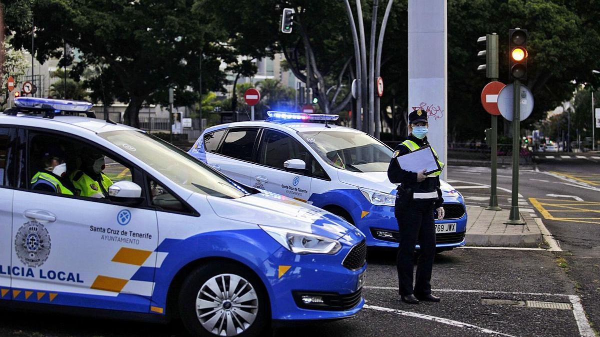 Agentes y vehículos de la Policía Local de Santa Cruz de Tenerife.