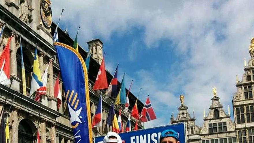 """Dos """"correcaminos"""" completan el Maratón de Amberes en menos de 3 horas"""
