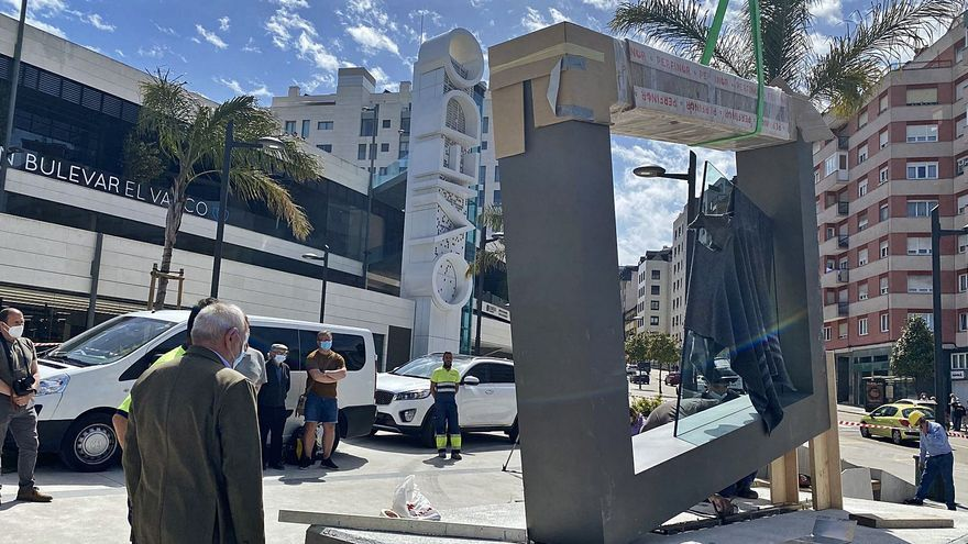 """La escultura de Herminio """"Equilibrio y transparencia"""" ya adorna las puertas de Oviedo"""