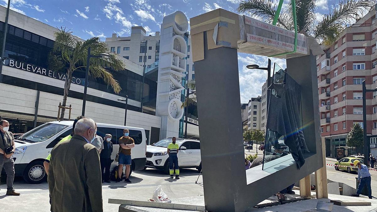 Los operarios instalando la obra del artista franquino.