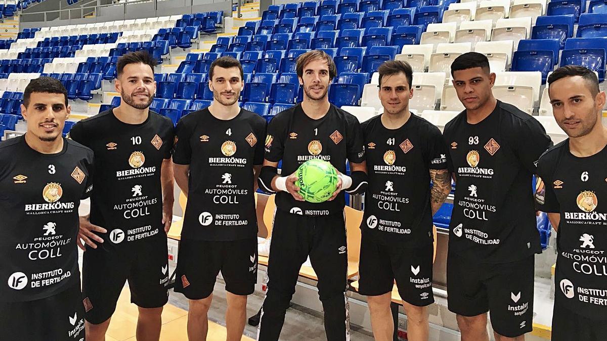 Varios jugadores de la plantilla del Palma Futsal posando en Son Moix.