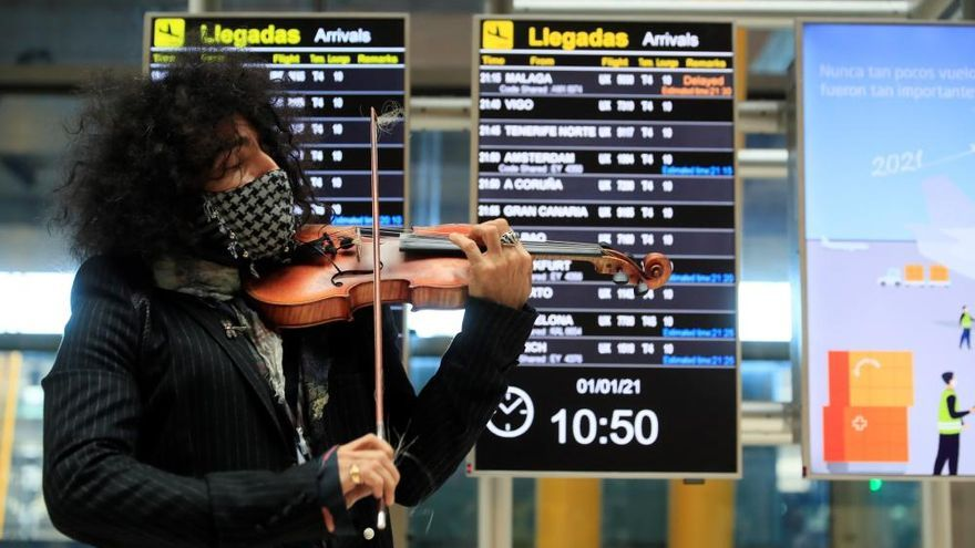 El violinista Ara Malikian sorprende a los viajeros que llegan a Barajas con un concierto