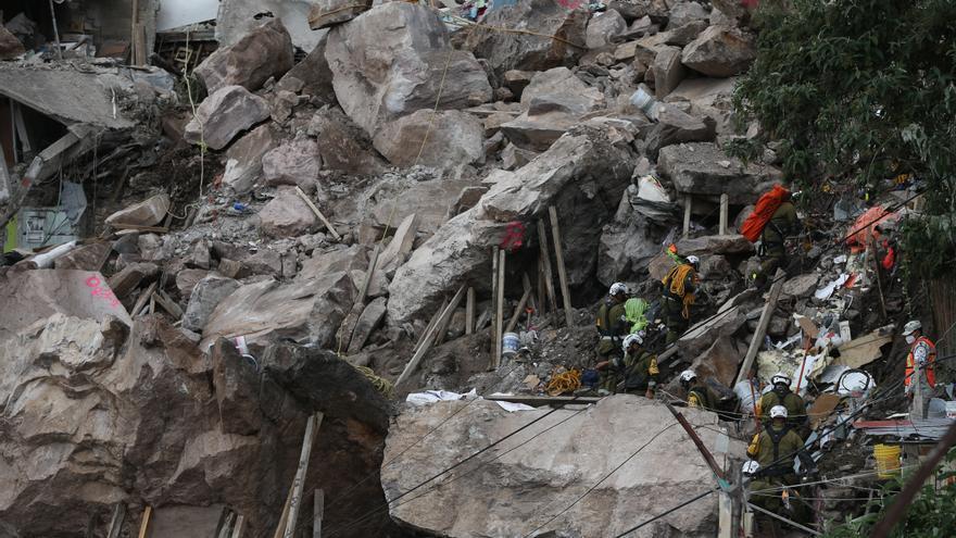 Encuentran los cadáveres de una mujer y su hijo tras un derrumbe en México