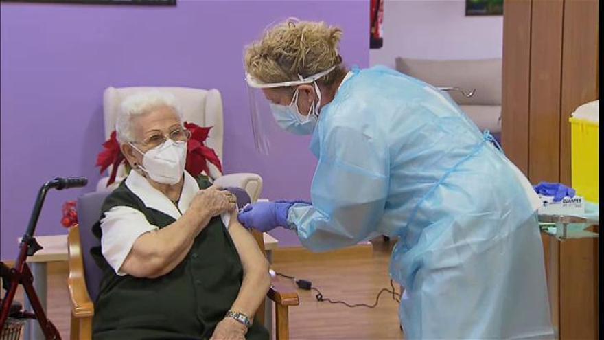 """Araceli, de 96 años, primera vacunada contra la COVID en España: """"A ver si el virus se va"""""""