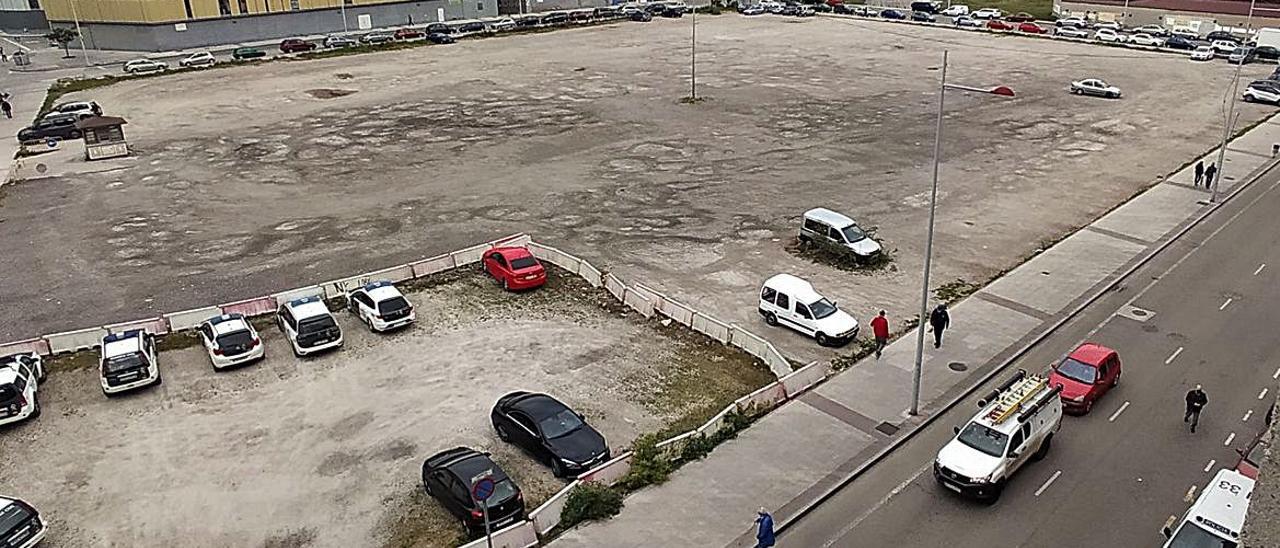 Aspecto actual de la parcela central de la Mayacina, ya sin apenas coches aparcados. | D. M.