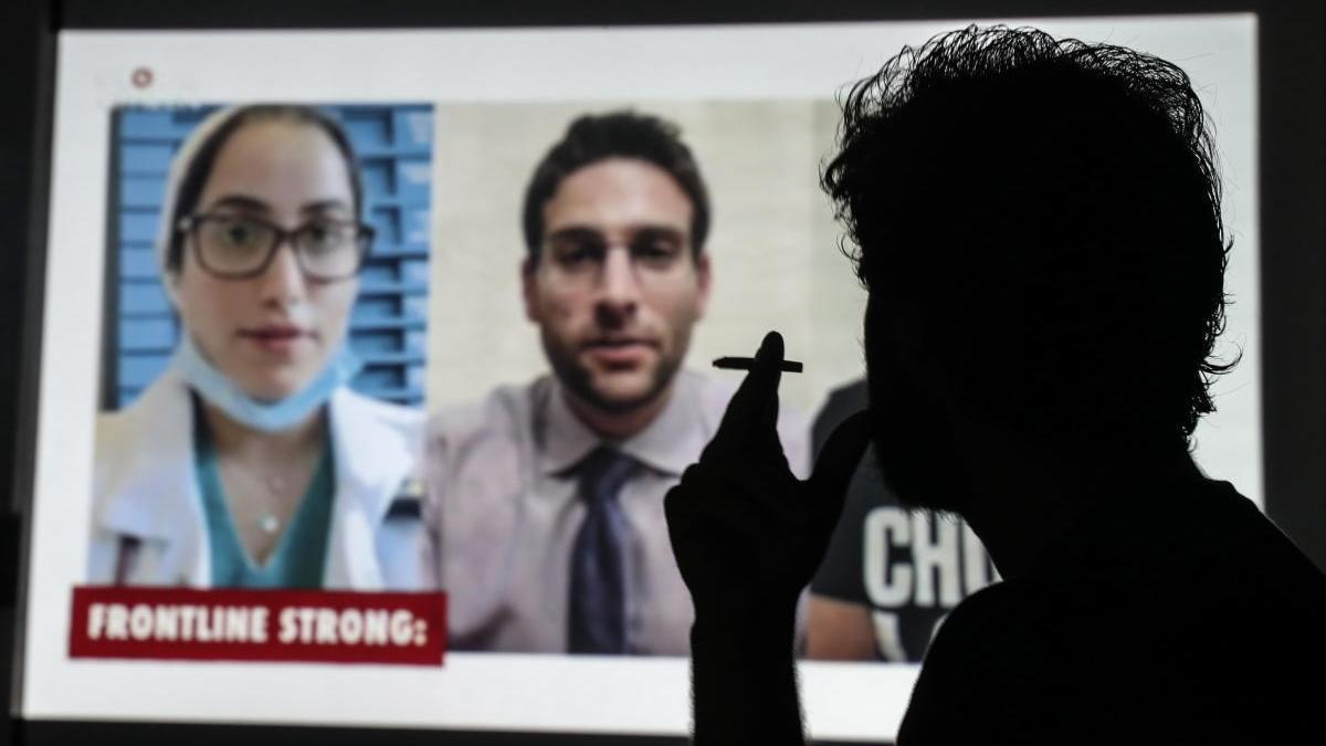 Un hombre fuma en París mientras ve la televisión.