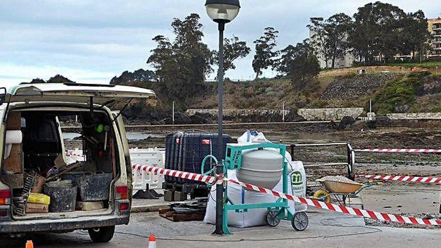 Oleiros arregla el boquete del paseo y el acceso a la playa de Santa Cruz