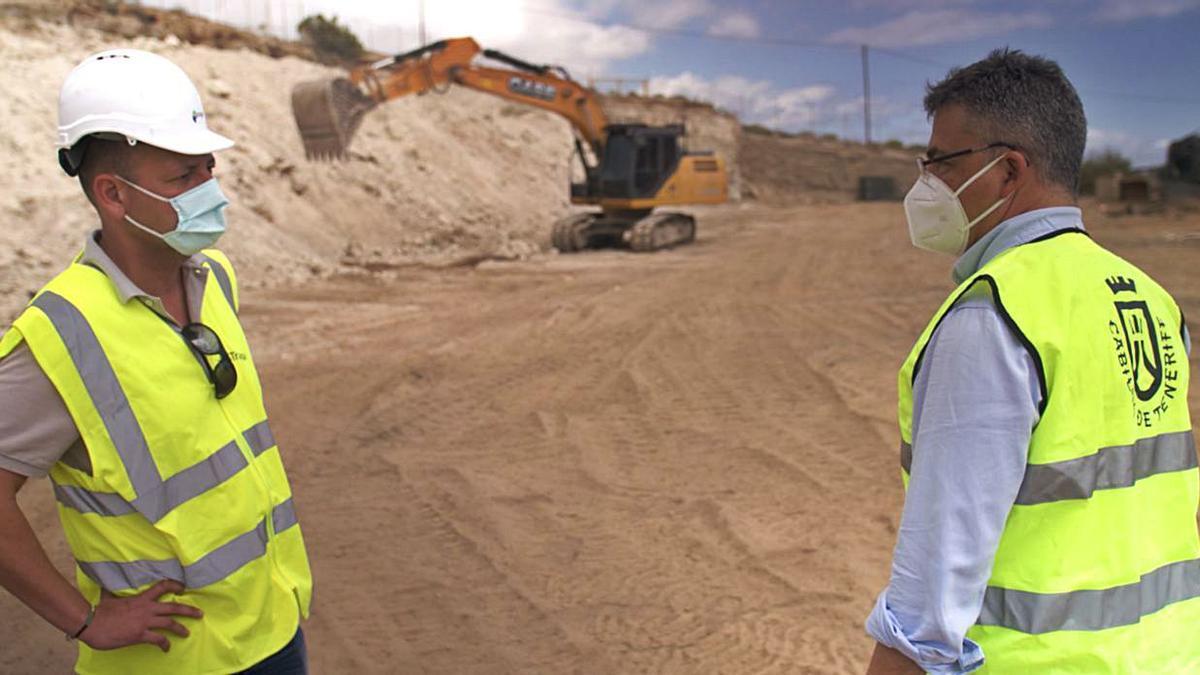 Javier Parrilla (derecha), durante su visita a las obras en el albergue de animales Tierra Blanca.