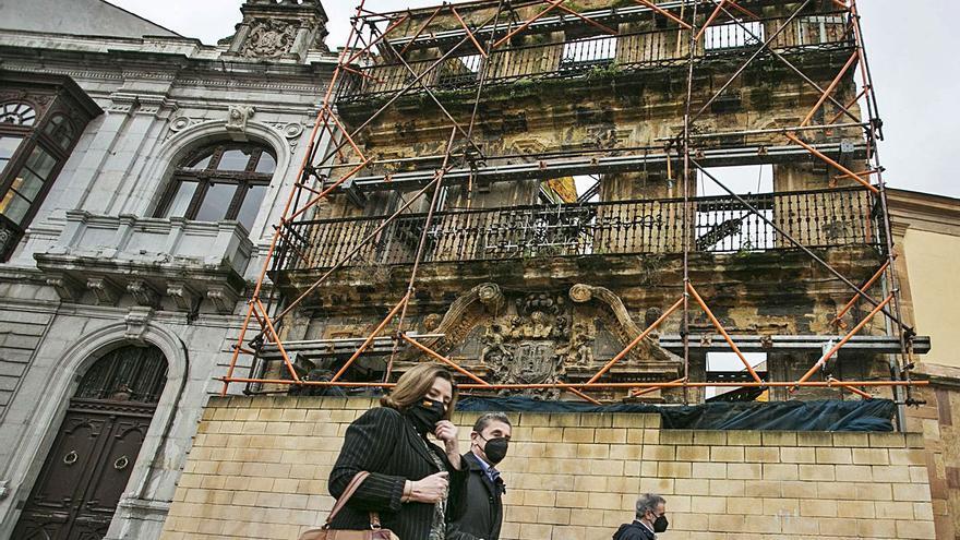 La casa de los Llanes tendrá una nueva lona alusiva a la ruta jacobea
