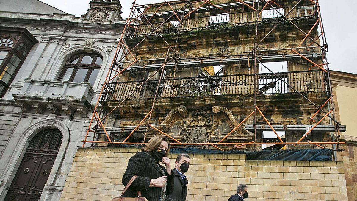 La casa de los Llanes tendrá una nueva lona alusiva a la ruta jacobea  | IRMA COLLÍN