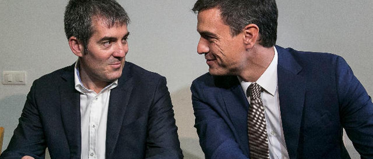 Fernando Clavijo (izda.) y Pedro Sánchez, durante la firma del acuerdo de gobierno CC-PSOE vigente en las Islas en el primer tramo de esa legislatura.