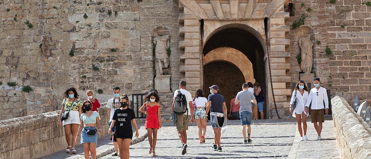 Turistas en el Portal de ses Taules de Dalt Vila en septiembre del año pasado.