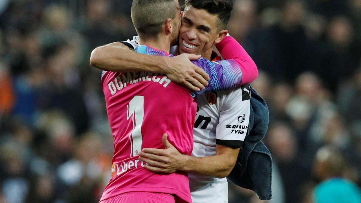 Jaume Domenech y Paulista se abrazan tras la victoria ante el Barcelona en Mestalla.