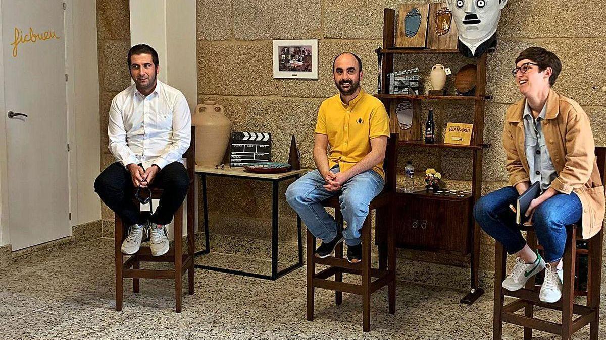 De izq. a dcha., Xosé Leal, Manuel Pena y Nerea Lores, ayer en la sede de la Asociación FICBueu.