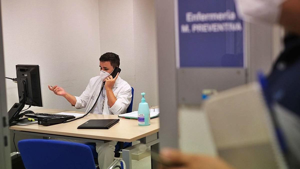 Un sanitario realiza la labor de rastreo de contactos en el centro de salud Trinitat.