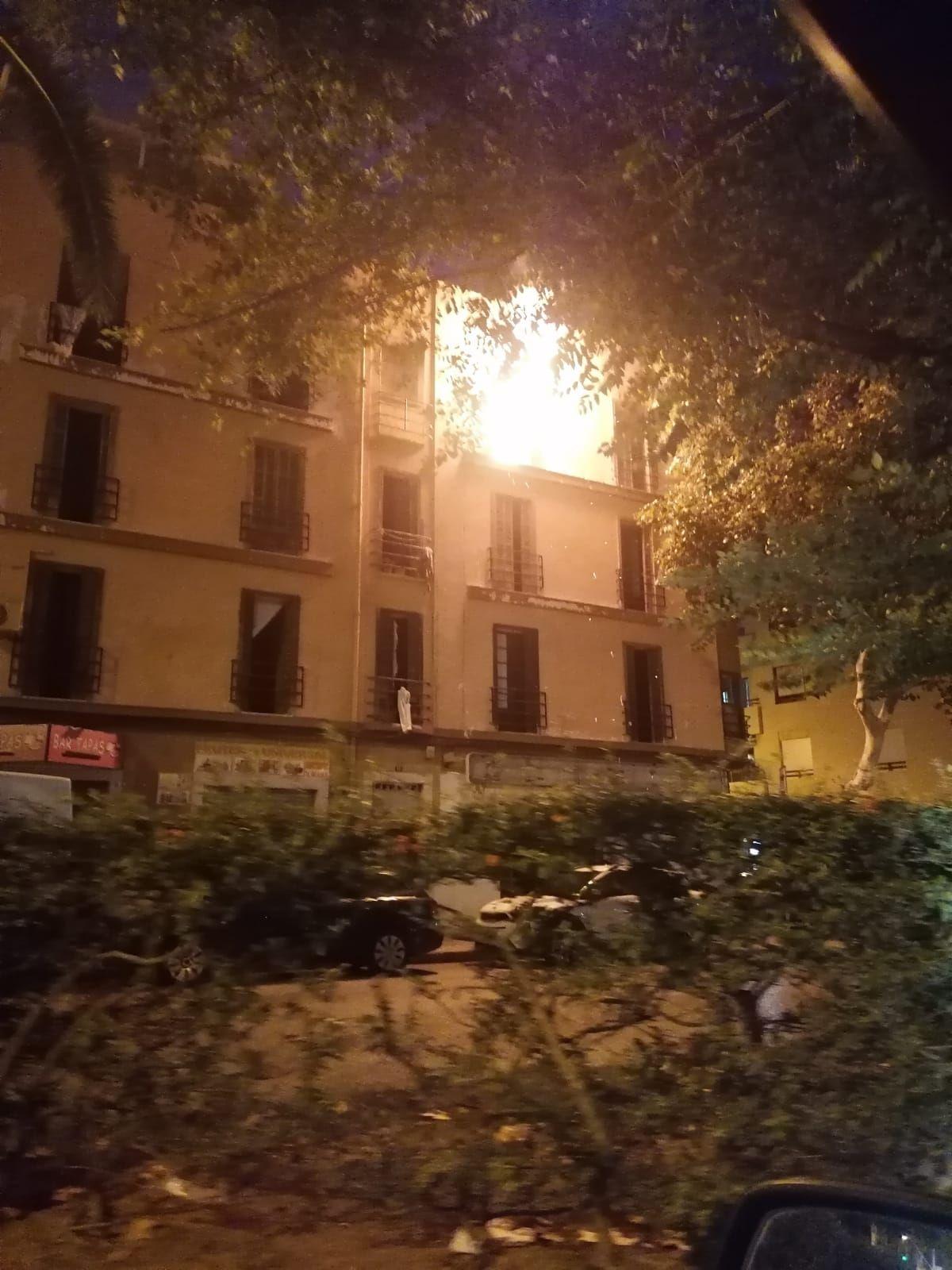 Arde un edificio okupado de la calle Manacor, en Palma