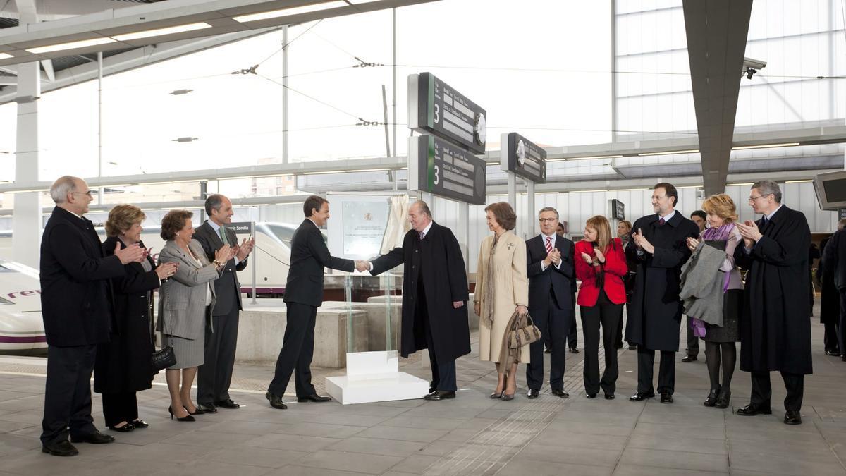 Juan Carlos I saluda a Rodríguez Zapatero ante cargos valencianos y del Gobierno de España en la inauguración de la línea Madrid-València
