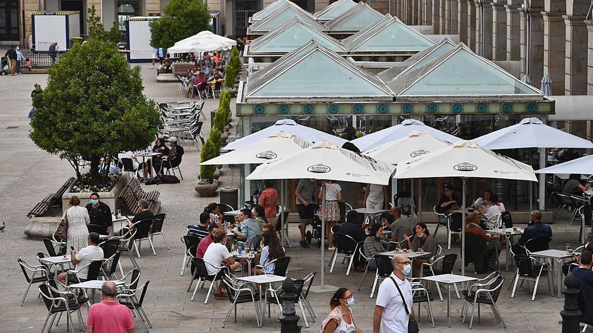Clientes en terrazas de la plaza de María Pita, en A Coruña.     // CARLOS PARDELLAS