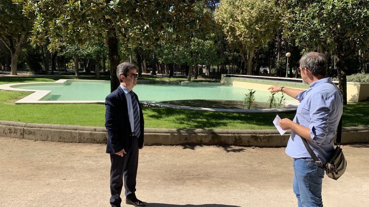 El alcalde de Huesca y el concejal de Medio Ambiente comprueban la mejora en el estanque central del Parque Miguel Servet.