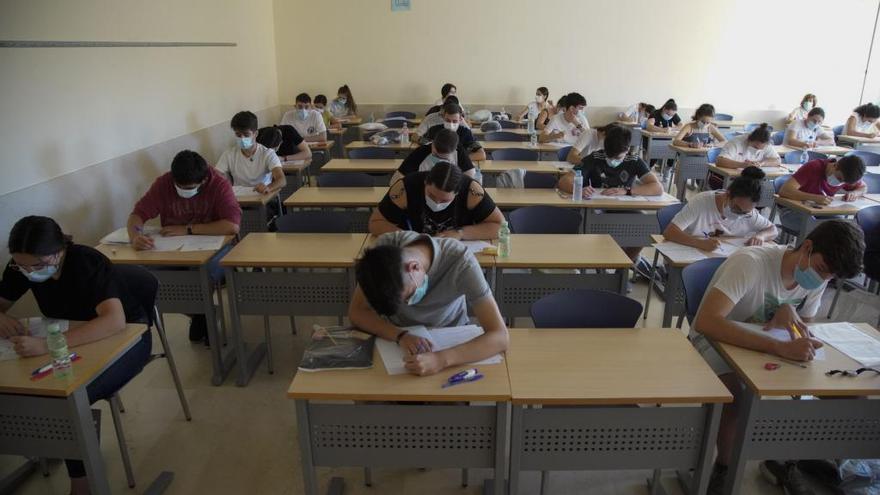Alumnos realizando la prueba de la EBAU.