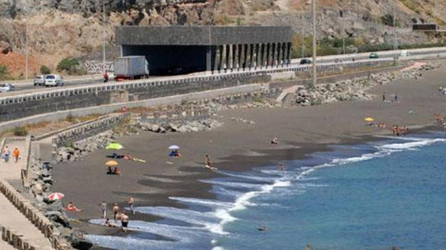 """Denuncian el """"deplorable"""" estado de la playa de La Laja en plena temporada alta"""