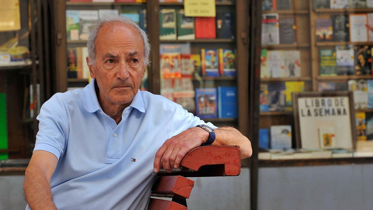 Alberto Polledo, fotografiado en 2013 en su librería Santa Teresa, meses antes de cerrar el negocio. | Nacho Orejas
