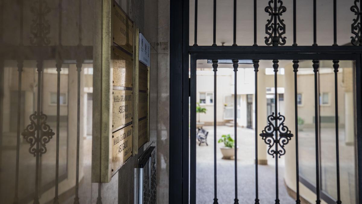 El centro de Zaragoza está plagado de despachos profesionales en funcionamiento dentro de bloques de viviendas de particulares.