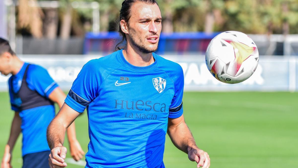 El último fichaje del Huesca, Ignasi Miquel, controla un balón en un entrenamiento.