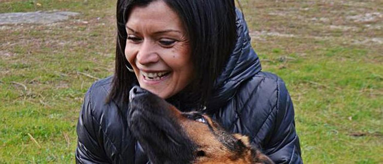 La alcaldesa de Mos con un perro.   | // D.P.