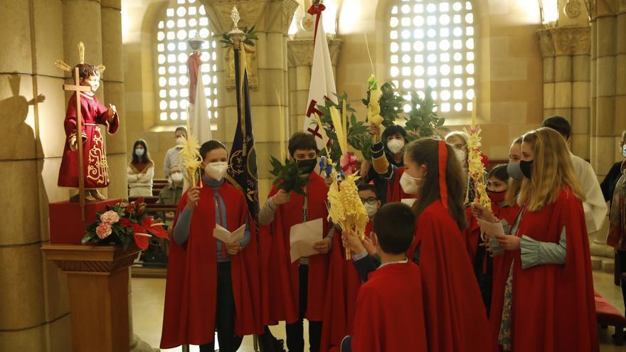 Bendiciones a techo en un Domingo de Ramos de pandemia, como en San Pedro (Gijón)