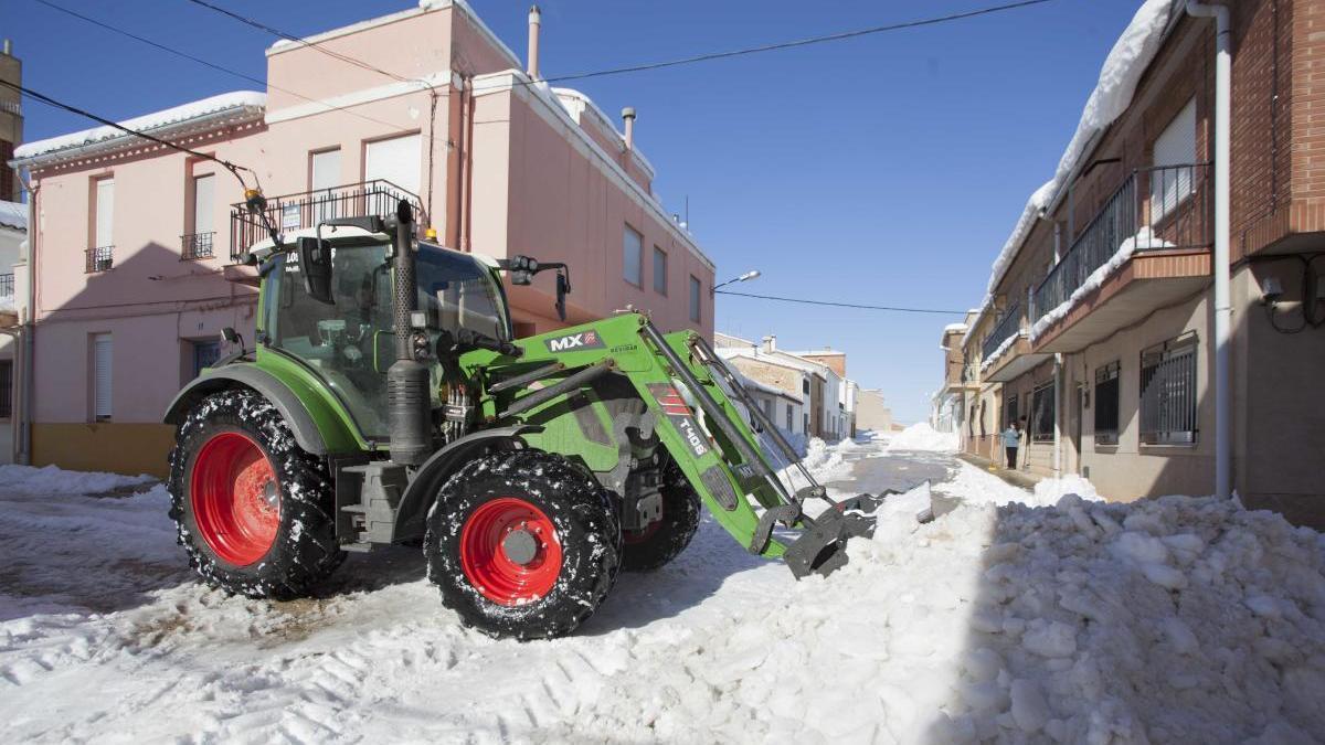 Trabajos para retirar la nieve en el pueblo valenciano de Sinarcas tras el temporal Filomena.